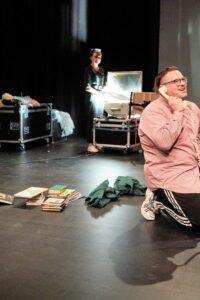 PREMIO Goldtiger mit Edith Sophia Godau (*1988) – Regie Theresa Künz (*1991) – Performance/Puppenspiel Mikki Levy-Strasser (*1990) – Performance/Szenografie Fiona Schreier (*1989) – Performance/Text Dominik Baumann (*1989) – Performance/Musik Patricia Bianchi – Produktionsleitung. (Yoshiko Kusano)